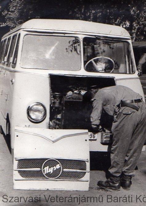 id. Szeljak János Nysa kisbuszt javít (1965)